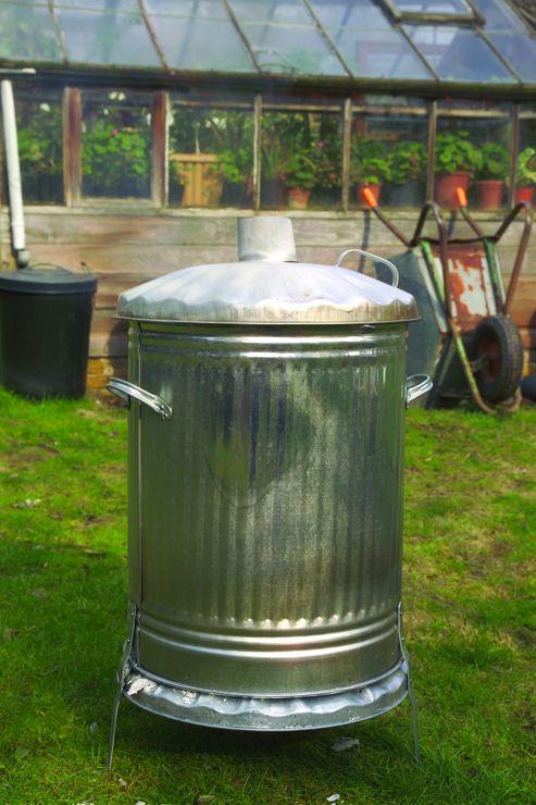 Centre draught chimney incinerator