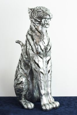 This Imposing large Tiger will be the head turning piece of any home! This Beautifully silver tiger is ideal to dress your home or the perfect gift!